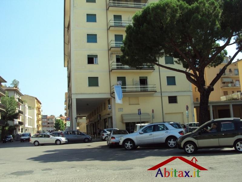 Ufficio diviso in ambienti/locali in affitto - 255 mq